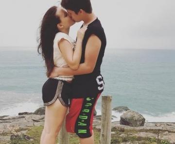 João Guilherme beija Larissa Manoela em intervalo de gravação f462dd9870