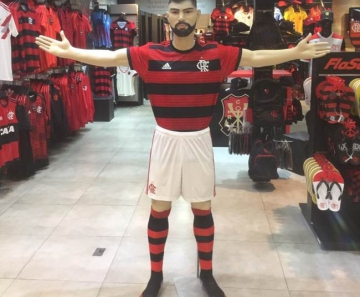 105ba672ca Boneco em tamanho real de Gabigol na loja oficial do Flamengo no Carioca  Shopping — Foto