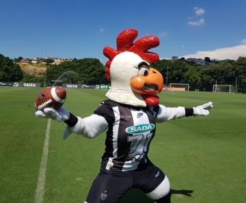 47c2de892f Galão faz pose com a bola de futebol americano (Foto  Rafael Araújo)